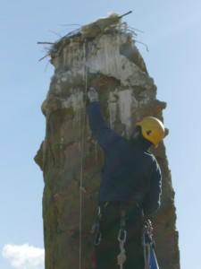 Ascenso hasta la parte superior del pináculo para proceder a su limpieza.