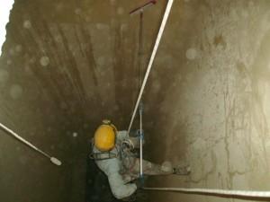 Limpieza del silo de harina mediante métodos manuales.